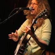 Vicki Genfan, Музыкальный Портал α